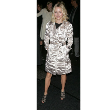 Naomi Watts en trench satin Burberry