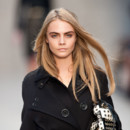 Cara Delevingne au défilé Burberry de la Fashion Week de Londres 2013