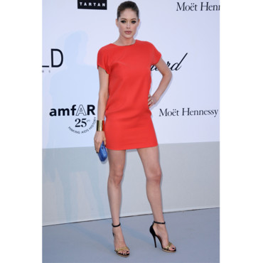 Doutzen Kroes en mini robe rouge