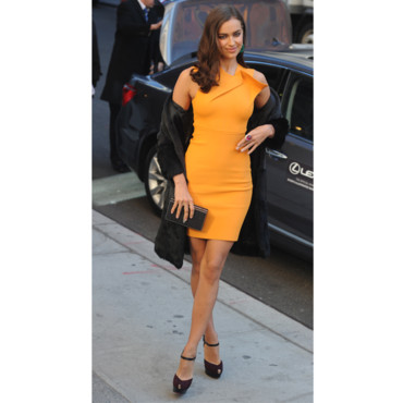 Irina Shayk en mini robe orange