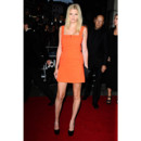 Lara Stone en mini robe orange