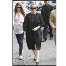 Jennifer Lopez en manteau strict