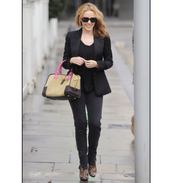 Kylie Minogue et sa veste de smoking