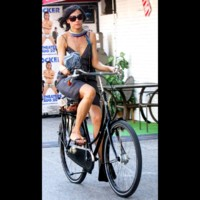 Photo : Famke Janssen à vélo!
