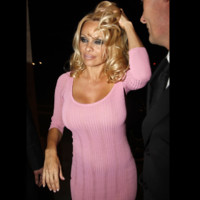 Photo : Pamela Anderson en robe moulante!