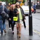 Fearne Cotton et son sac cartable jaune fluo