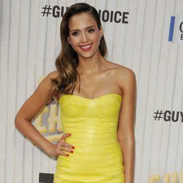 Jessica Alba, rayonnante en robe Versace au Guys Choice Awards 2013