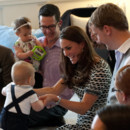Kate Middleton, William et George en compagnie de familles en Nouvelle-Zélande, le 8 avril 2014