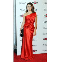 Photo : Penelope Cruz en robe rouge drapée