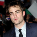Robert Pattinson dans les bras de la cougar Uma Thurman