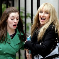 Photo : Anne Hathaway et Kate Hudson sur le tournage de Bride Wars