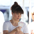 Sophia Bush sans maquillage au marché à Los Angeles