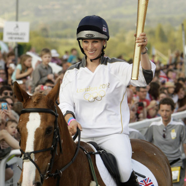 Zara Phillips portant la flamme olympique en mai 2012