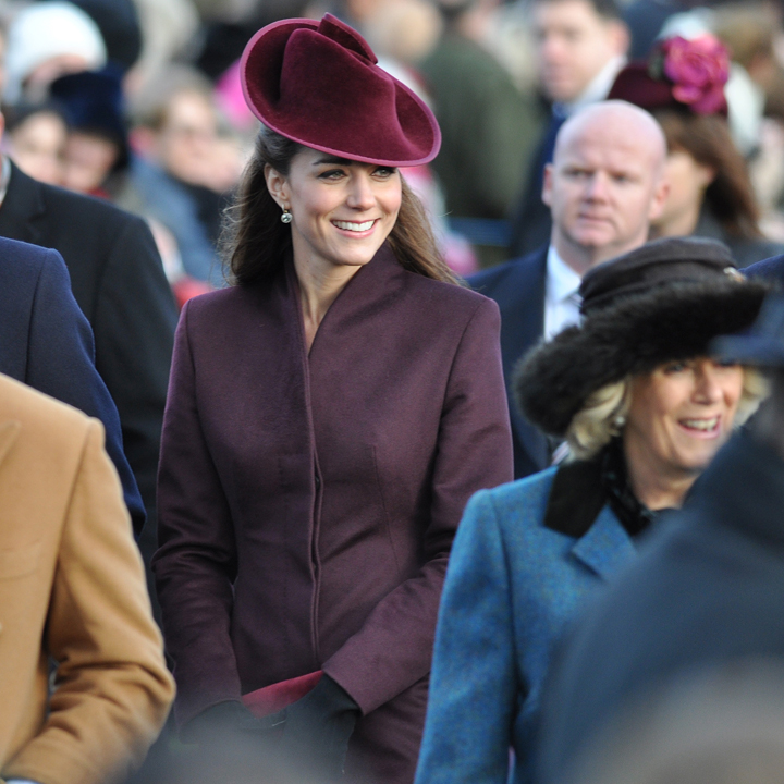 Kate Middleton en manteau et chapeau lie de vin