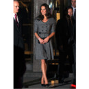 Kate Middleton en manteau gris souris