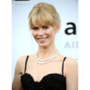 Cladia Schiffer frange coiffure baby doll Cannes 2009