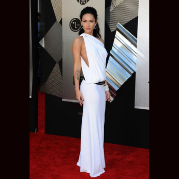 Megan Fox en robe vestale