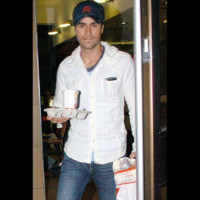 Photo : le chanteur Enrique Iglesias fan de fast food!
