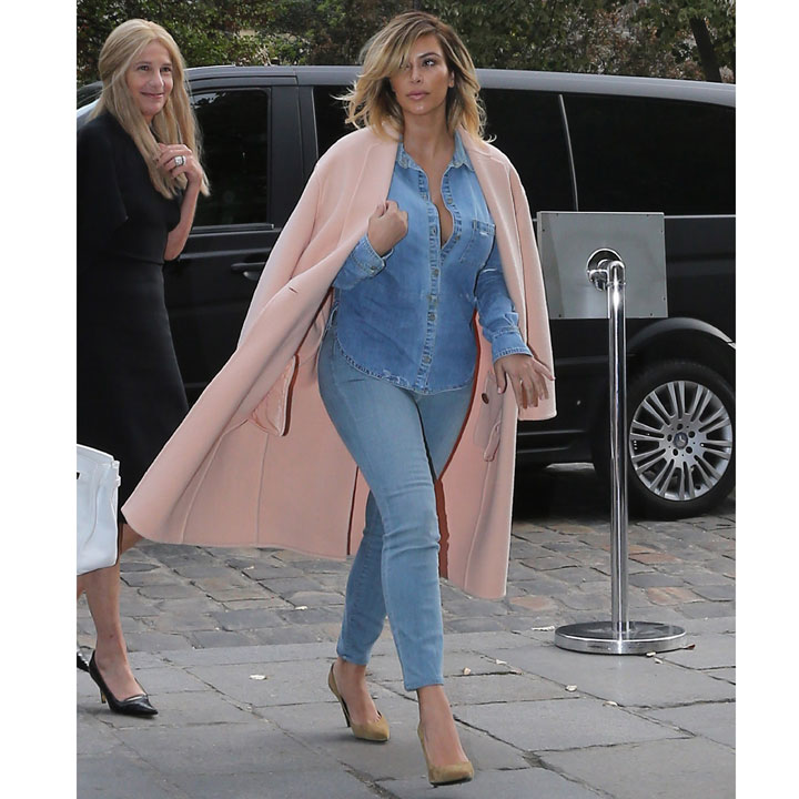 Kim Kardashian craque pour le total look denim à Paris le 1r octobre 2013