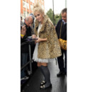 Pixie Lott portant une cape