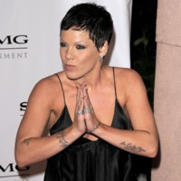 Photo : Pink, fan de tatouages !