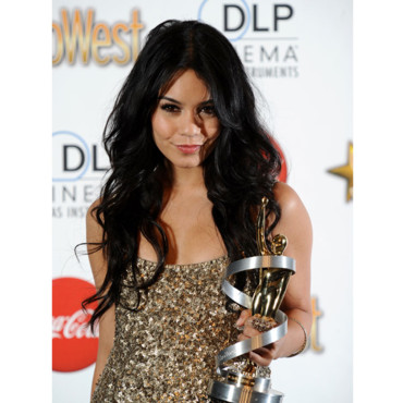 Vanessa Hudgens cheveux détachés en doré au ShoWest Awards