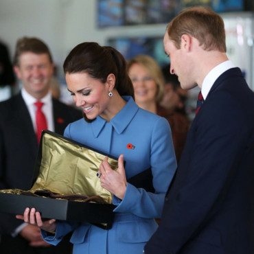 Kate Middleton et le prince William reçoivent un cadeau pour le prince George, Blenheim le 11 avril 2014