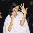Rihanna pose et tire la langue