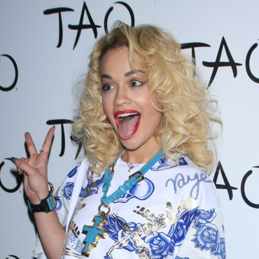 Rita Ora pose et tire la langue