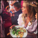 Doutzen Kroes en train de manger en backstage du défilé Victoria's Secret 2013 le 13 novembre 2013 à New York