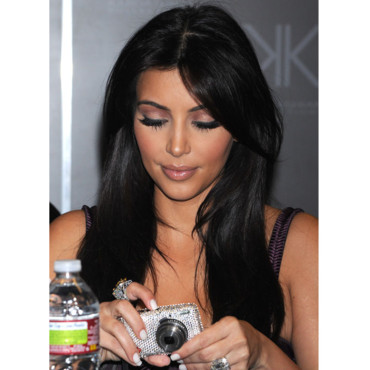 Kim Kardashian et son appareil photo  strass prsentation Kardashian Kollection septembre 2011