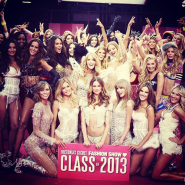 Les anges Victoria's Secret en backstage du défilé Victoria's Secret 2013 le 13 novembre 2013 à New York