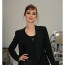 Louise Bourgoin chignon mèches folles défilé Louis Vuitton mars 2009
