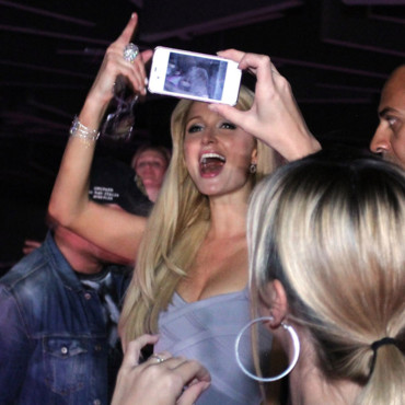 Paris Hilton prend des photos  l&#039;after-party de l&#039;lection Miss Ukrain  Kiev septembre 2011
