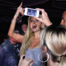 Paris Hilton prend des photos à l'after-party de l'élection Miss Ukrain à Kiev septembre 2011