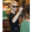 January Jones photographie un paparazzi pendant qu'elle fait ses courses à Los Angeles mai 2011