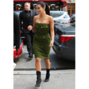 Flop mode Kim Kardashian en robe kaki et bottines mi-mollets