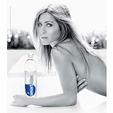 Jennifer Aniston topless pour Smartwater