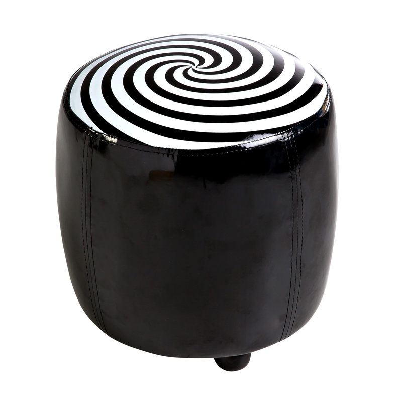 graphique chic 20 meubles et accessoires d co noir et blanc pouf tonneau spirale but. Black Bedroom Furniture Sets. Home Design Ideas