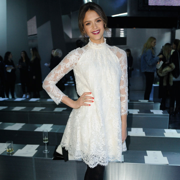 look du jour jessica alba en robe h m pour leur d fil. Black Bedroom Furniture Sets. Home Design Ideas