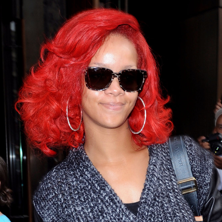 photos rihanna les cheveux rouges elle nous en fait voir. Black Bedroom Furniture Sets. Home Design Ideas