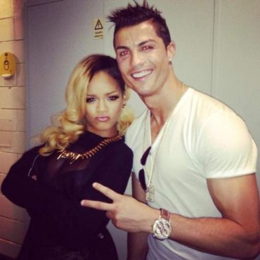 Rihanna pose avec Ronaldo dans les coulisses de son Diamonds World Tour à Lisbonne.
