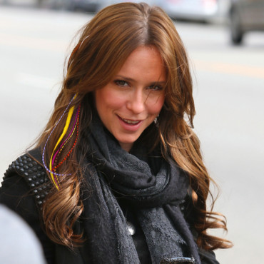 Jennifer Love Hewitt sort de son salon de coiffure