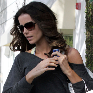 Kate Beckinsale sort de son salon de coiffure à Beverly Hills