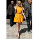 Nicole Richie en robe en cuir jaune/orange Thakoon collection été 2012