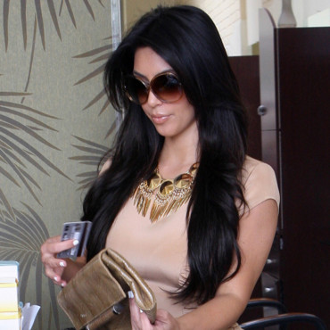 Kim Kardashian sort de son salon de coiffure Shade à Los Angeles