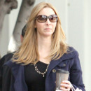 Lisa Kudrow sort de son salon de coiffure sur Melrose Avenue