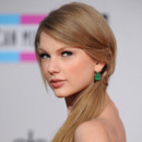 Taylor Swift aux American Music Awards 20 novembre 2011 queue de cheval one shoulder