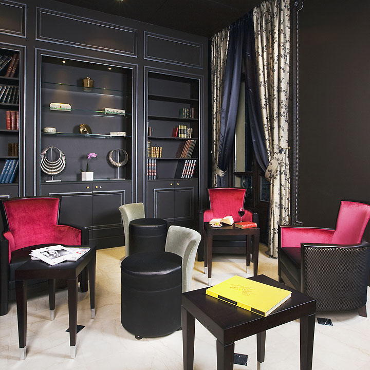 visitez le luxueux h tel regent 39 s garden deux pas des champs elys es le salon biblioth que. Black Bedroom Furniture Sets. Home Design Ideas