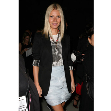 Gwyneth Paltrow au défilé Burberry 2010 en jupe Burberry